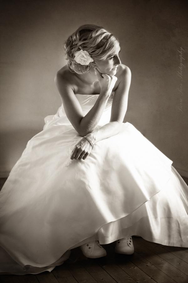 brud i brudklänning fotograferad av Pierre Pocs